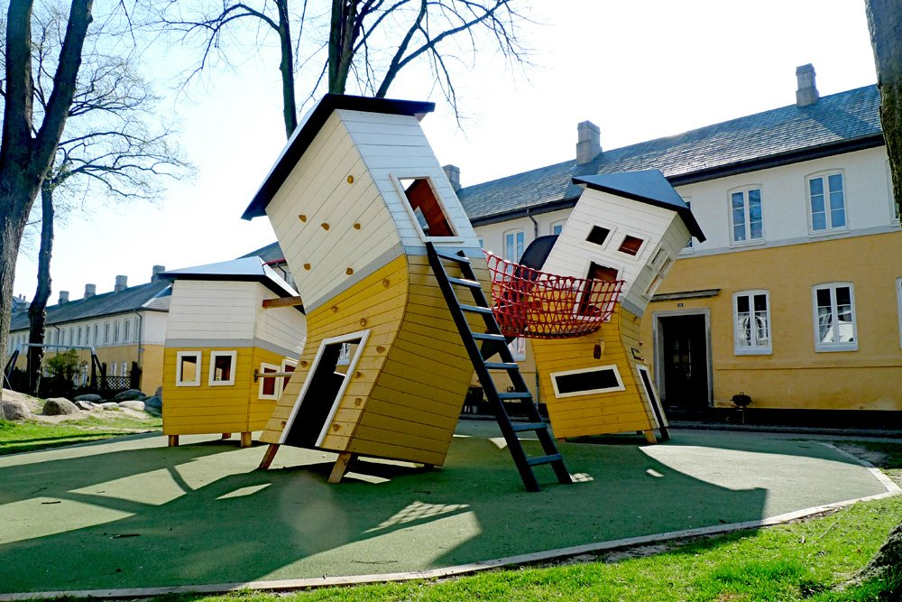 The neighborhood of Brumleby is one of Copenhagen's architectonic culture gems. The playground, designed by Monstrum, reflects the nature of the neighbourhood, while turning everything topsy-turvy.
