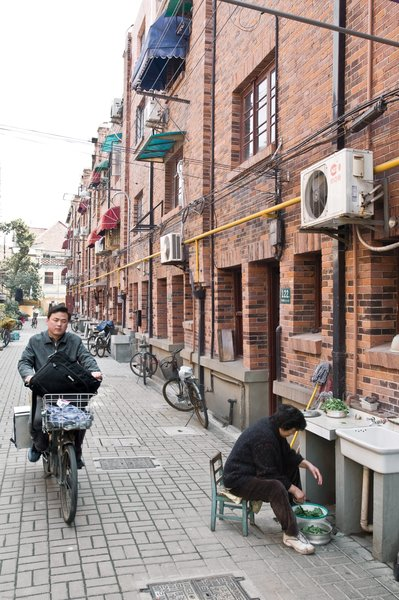 Together with architect Nunzia Carbone, Italian expat Edoardo Allegranti renovated a traditional 1930s brick row house on a residential alleyway in central Shanghai.