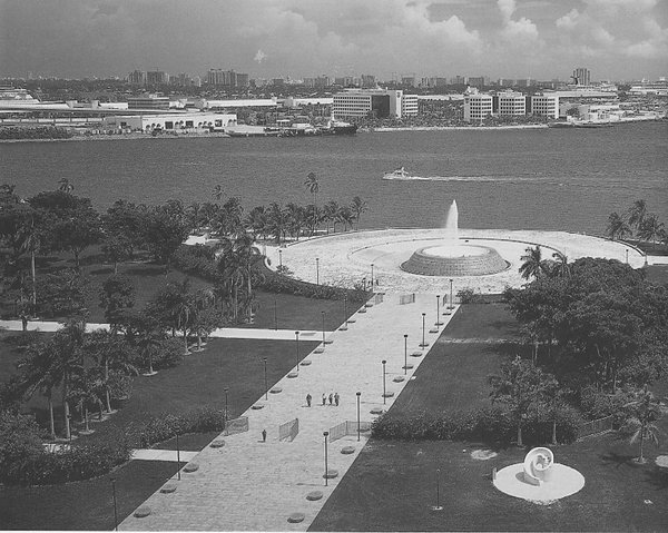 A 400-foot-long, 60-foot-wide promenade culminating in a fountain offers pedestrian access from busy Biscayne Boulevard to the waterfront.