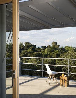 This Futuristic Prefab in Spain Has All the High-Tech Gizmos of a Spaceship - Photo 2 of 9 -