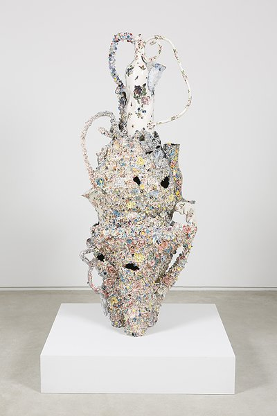 Francesca DiMattio, Bloemenhouder, 2015, glaze and luster on porcelain and stoneware.