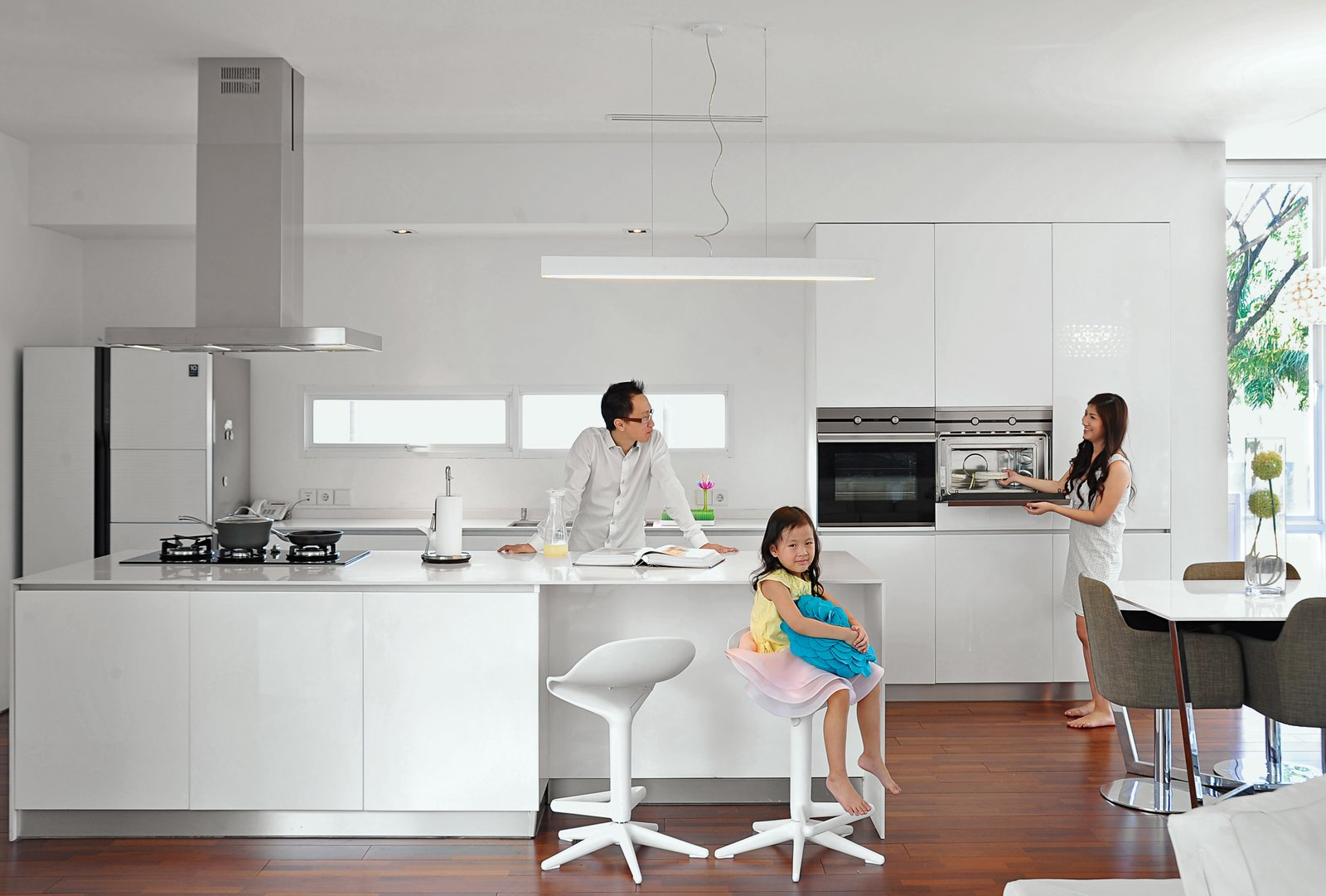 For the kitchen, he selected an oven, hood, and cooktop from Teka and a Samsung refrigerator. The table is his own design and the bar stools and chairs are from Informa.
