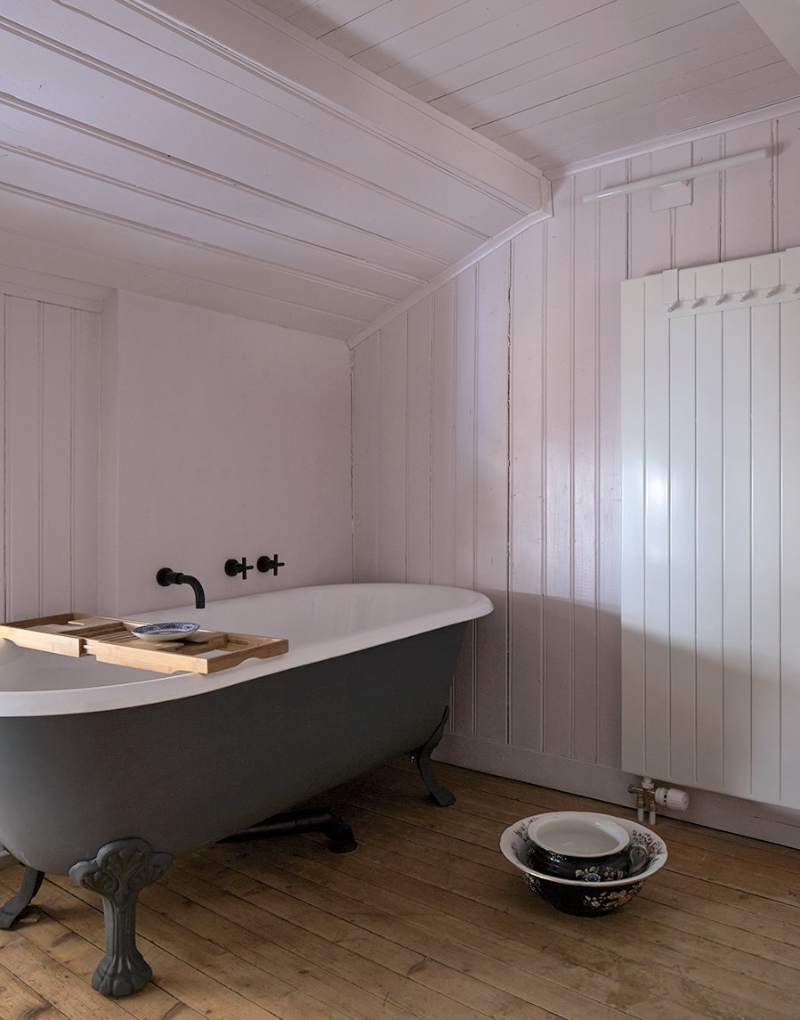 For the pink bathroom, the couple chose enamelware and a claw-foot tub.
