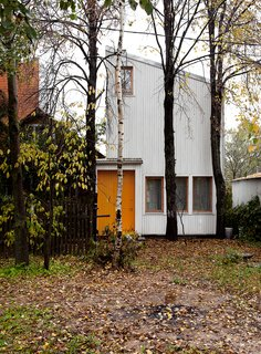 A Compact Home in Moscow Built on the Lowest Possible Budget