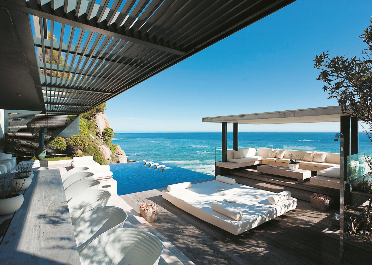 A home in Cape Town by SAOTA combines all of the indoor and outdoor living and dining areas on the ground floor, in order to create a thriving area for entertaining and relaxing by the sea.