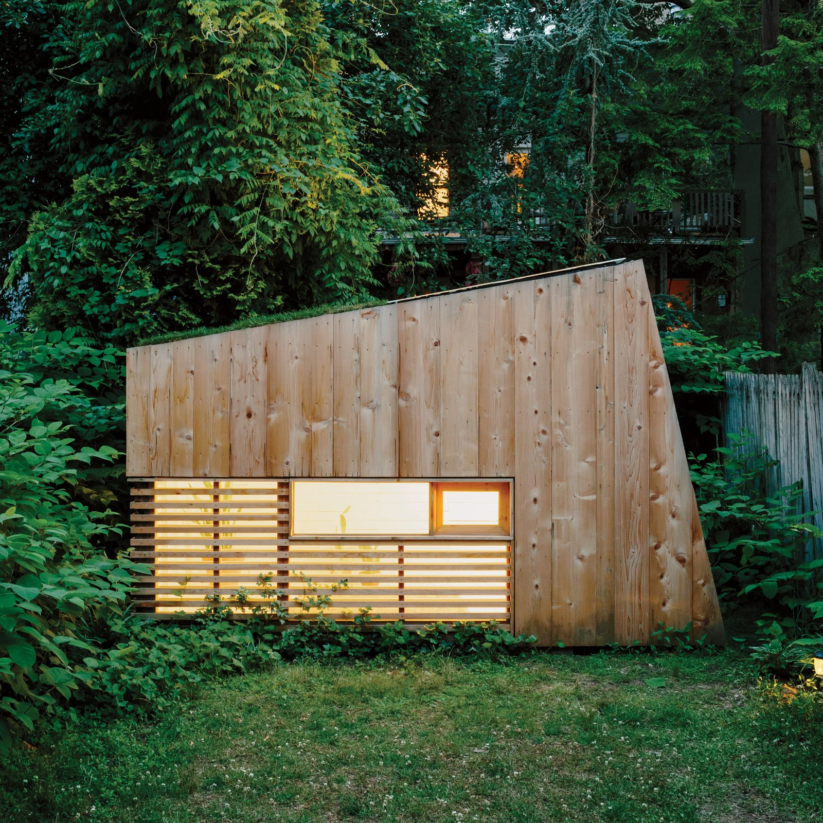 "Just a few blocks from the swooping Barclays Center arena in downtown Brooklyn sits an unexpectedly quiet haven, a petite 1,300-square-foot patch of green punctuated by a small outbuilding. This modest structure, a single room with just enough space for an army cot or chair, was designed and built by architect Nicholas Hunt, who runs the studio Hunt Architecture with his brother, Andrew, in addition to working for larger firms.  All the ""Right"" Angles by Matthew Keeshin from Studios for Working and Playing"