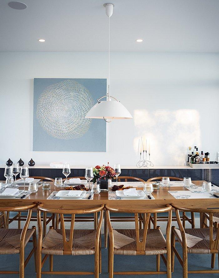 #seatingdesign #seating #diningroom #tabletop #pendant #lighting #HansWegner #CarlHansen&Søn #Cabinet #diningtable #CloudWhite #BenjaminMoore #Meshed #AnnaYuschuk  Photo courtesy of Christopher Wahl