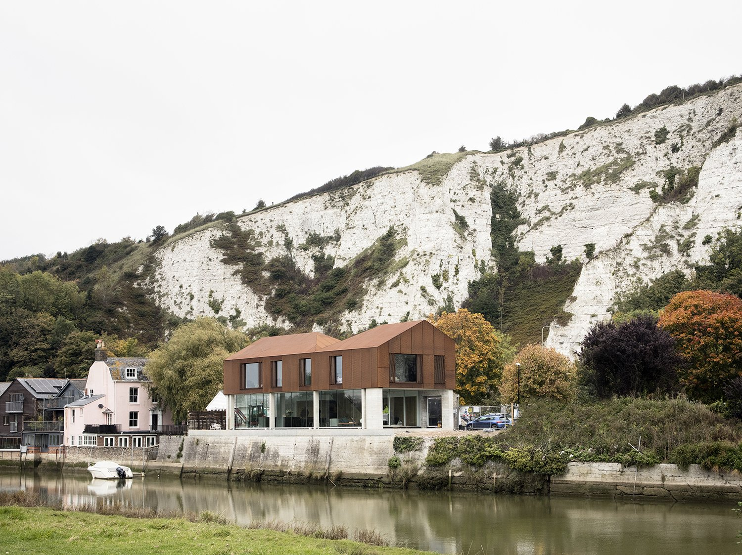 Sandy Rendel Architects replaced an old workshop with a striking new home in Lewes, East Sussex, England. The structure is located right at the edge of the town, in a spot that formerly functioned as a wharf to an adjacent quarry. Due to its prominent siting, the planning authority wanted to see a bold design that would signal the town's entrance. The building shell, made of SIPS, was prefabricated offsite, allowing for significant time savings in construction.