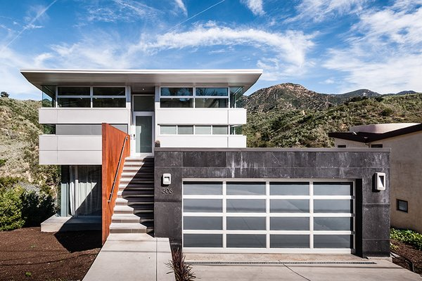 Combining a prefab steel super-structure with concrete walls and insulated metal panels, Anthrazit House in Santa Barbara was designed by architects Pamela and Hector Magnus and built in collaboration with EcoSteel.
