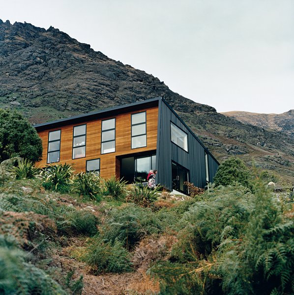 The location on the shores of a small bay means it is sheltered from cold southerly winds. The alpine location provided plenty of inspiration for landscaping, which Ritchie and Kerr elected to keep as minimal as possible, as if the home had landed on its site with as little disturbance or alteration as possible. Photo  of Drift Bay House modern home