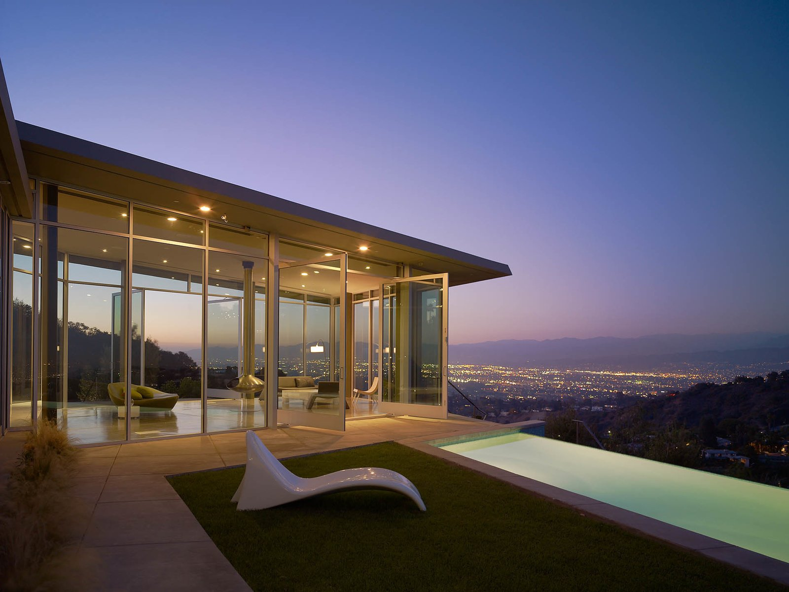 For the Skyline Residence, Belzberg Architects made a conscious effort to to build an environmentally sensitive structure, without sacrificing aesthetic and budget. They recycled wood framing and flooring from a nearby construction site and the low e-glazing, steel, and concrete mixes were all manufactured in California. 10 Modern Homes That Made a Star Appearance in Films - Photo 4 of 17