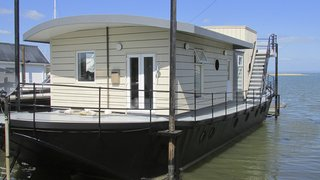 Make Yourself at Home in One of These Small Spaces on Boats That You Can Rent - Photo 7 of 10 - The Harbour Houseboat, which offers stunning views across Bembridge Harbour in Isle of Wight, has a commodious open-plan living space and kitchen—and warmly furnished rooms that boast plush Loaf beds.