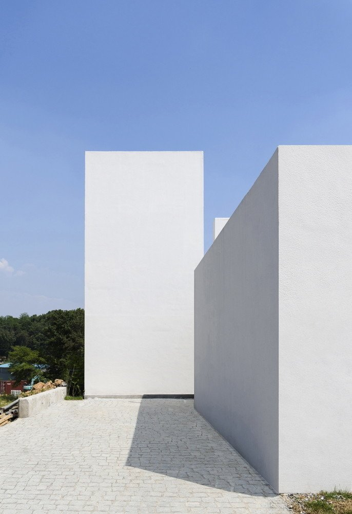 Photo 4 of 11 in 10 Bright White Cubist Homes Across the Globe