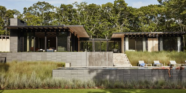 A Family Retreat in the Hamptons Bridles Wind, Water, and Light
