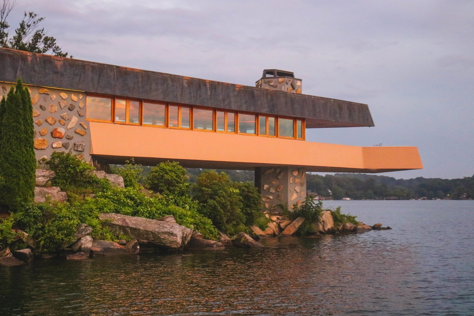 A home on a private island that 39 s based on a frank lloyd for Frank lloyd wright stile prateria