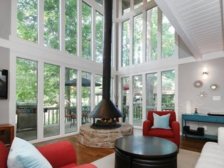 17 Modern Rentals That Give You a Front-Seat View of Incredible Fall Foliage - Photo 12 of 17 -
