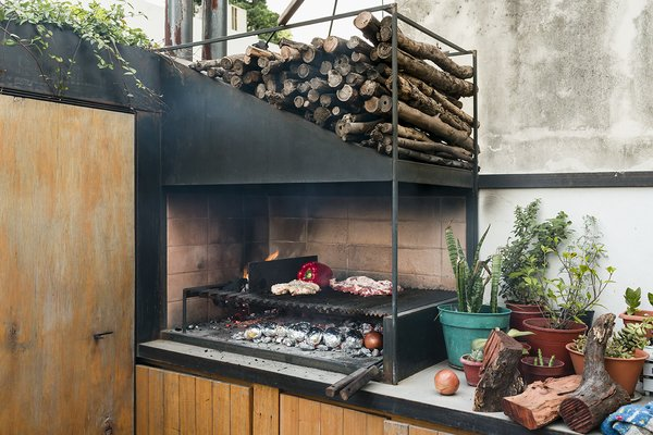 A sleek version of the traditional  parrilla, or grill, handcrafted  by Oficios Asociados, has pride  of place on the patio counter.
