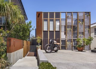 Living Screens Conceal a North Bondi Beach House and a Semi-Indoor Pool