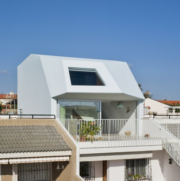 A Spanish House's Addition Looks Like an Ultra-Modern Helmut