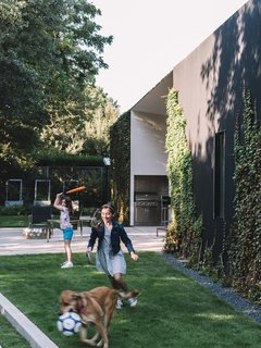 A Black Stucco Home in Dallas Is Surrounded by Eye-Popping Greenery - Photo 13 of 17 -