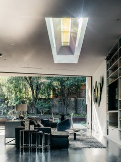 A Black Stucco Home in Dallas Is Surrounded by Eye-Popping Greenery - Photo 11 of 17 -
