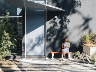 A Black Stucco Home in Dallas Is Surrounded by Eye-Popping Greenery - Photo 10 of 17 -