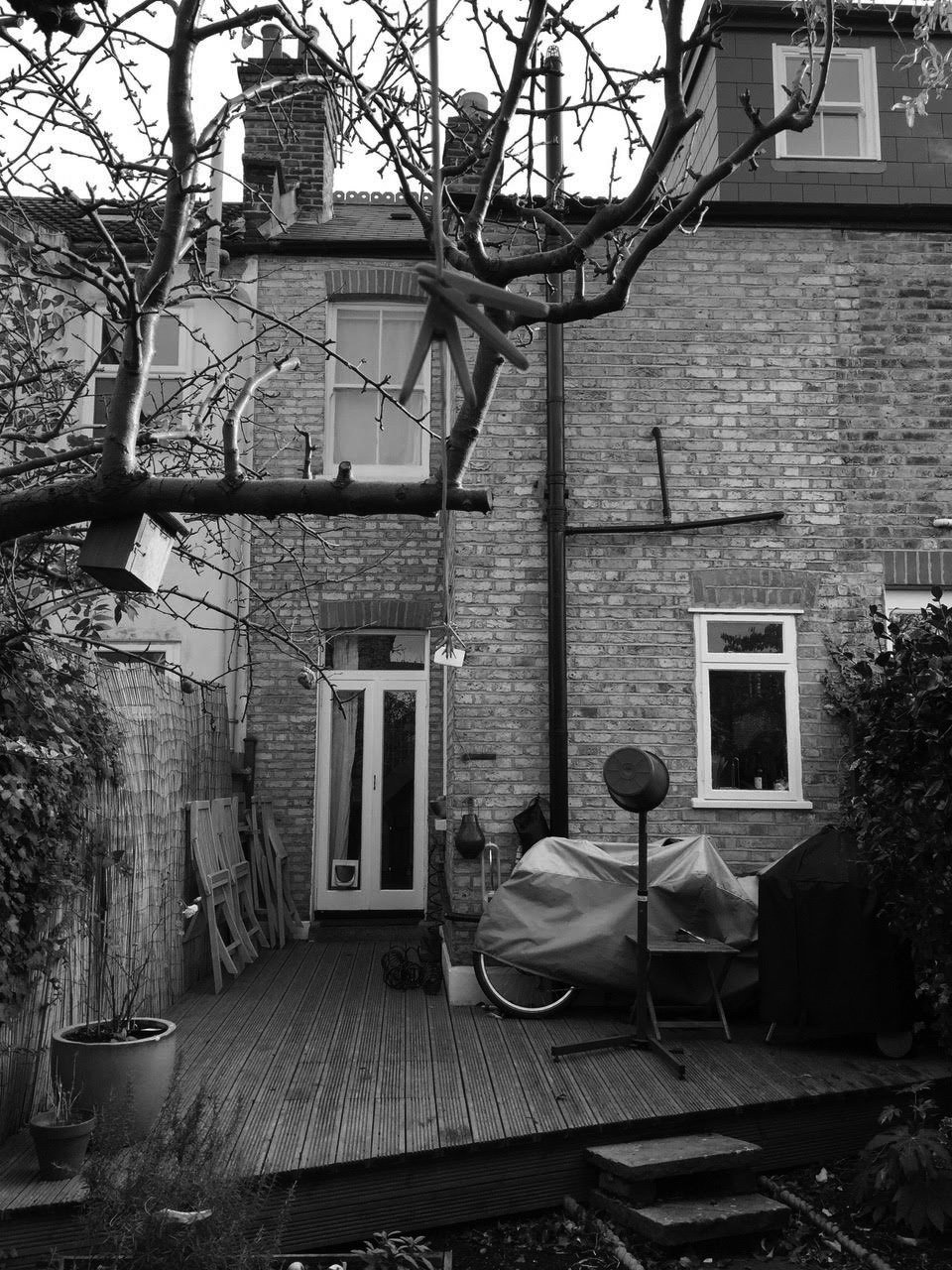 "By filling in the ""side return""— a narrow outdoor area typical to London terrace houses (inset)—Andrew and Emma Boyd were able to double the size of their kitchen."