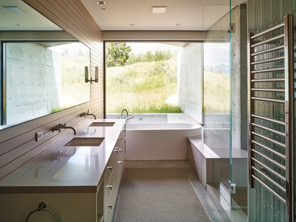 An indoor-outdoor bathroom further incorporates the exterior habitat.
