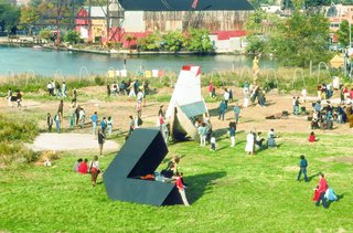 The Evolution of an Urban Wasteland: Socrates Sculpture Park at 30 - Photo 4 of 8 - Installation season in 1988.