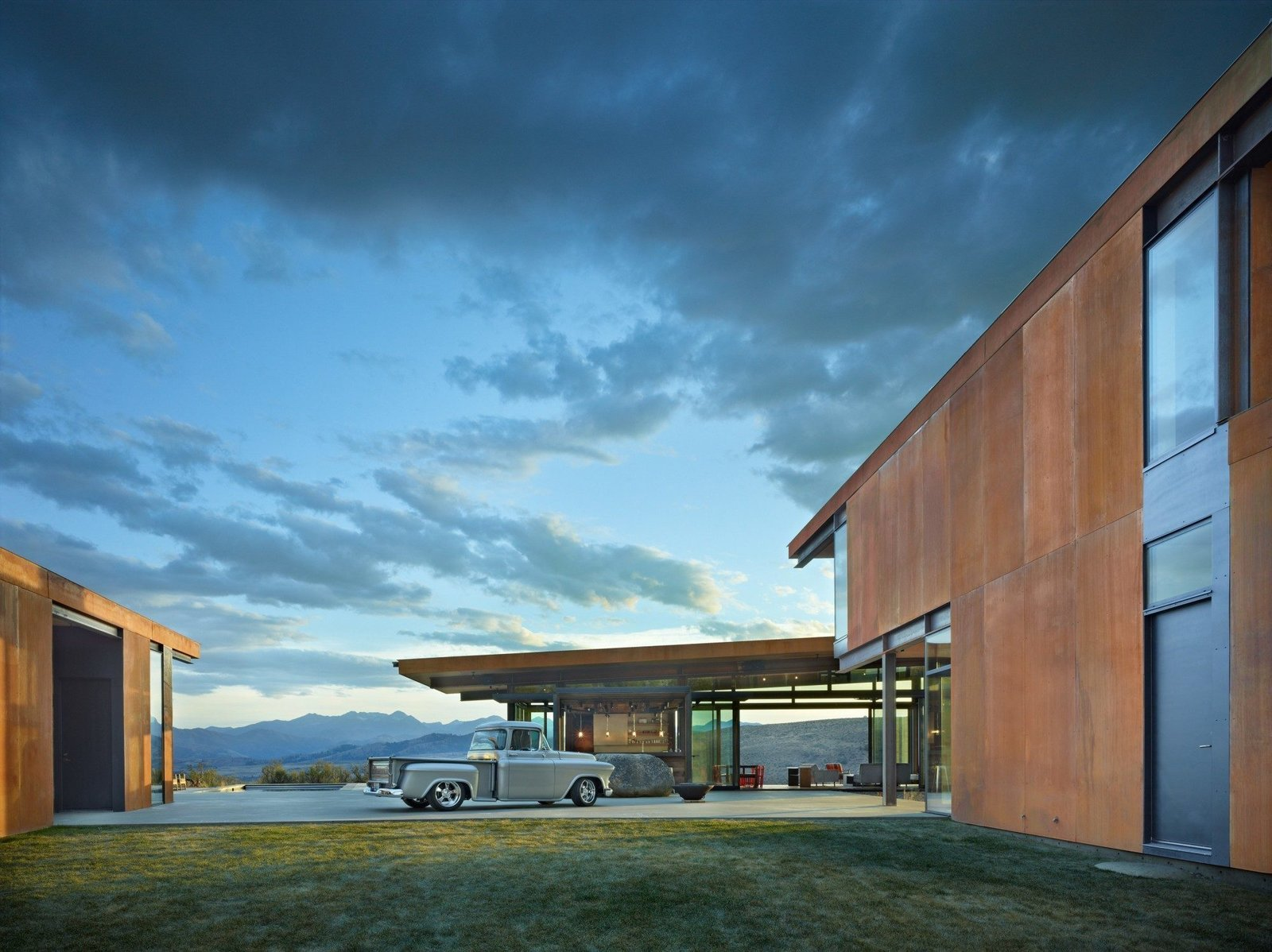 Set in Washington's remote Methow Valley, the Studhorse House rests on a 20-acre site that is nestled in the northern portion of the 60-mile long glacial valley. The buildings are arranged to frame carefully composed views of the surrounding Studhorse Ridge and Pearrygin Lake. Design Principal, Tom Kundig.