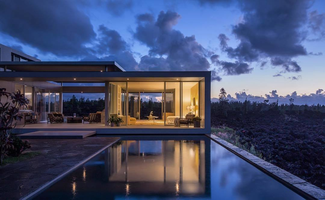 Located on Hawaii's Big Island, the Lavaflow 1 - Robert Trickey House was designed by San Francisco-based architect, Craig Steely. Captured by architectural photographer Mike Kelley, this home and studio was built on hardened lava from the 1955 Kilauea eruption.
