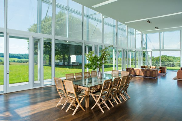 The main pavilion consists of a large light-filled area that includes a living and dining room. It boasts 360-degree views, thanks to floor-to-ceiling glass.
