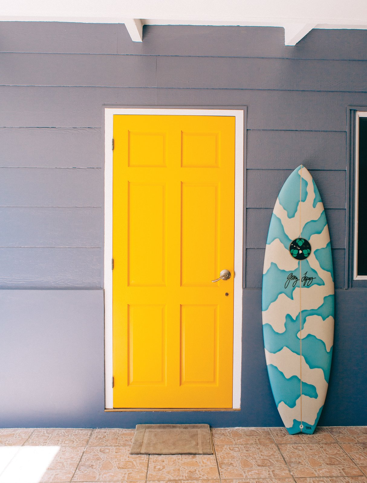 "Known as the ""unofficial ambassador of Tahiti,"" Raimana Van Bastolaer lives in a beach house right on the water in Papara on the south side of Tahiti. The bright details found throughout his home perfectly represent the personality that everyone in the surf industry calls up looking for a good time on their visit Tahiti.  Photo 6 of 11 in Indoek's New Book Shares a Glimpse Into the Homes of Creative Surfers"
