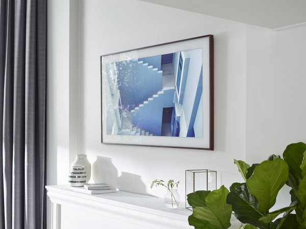 Fuseproject consulted art world experts in order to display the art properly on the screen. Rather than installing built-in matting, they added it digitally in high-definition.