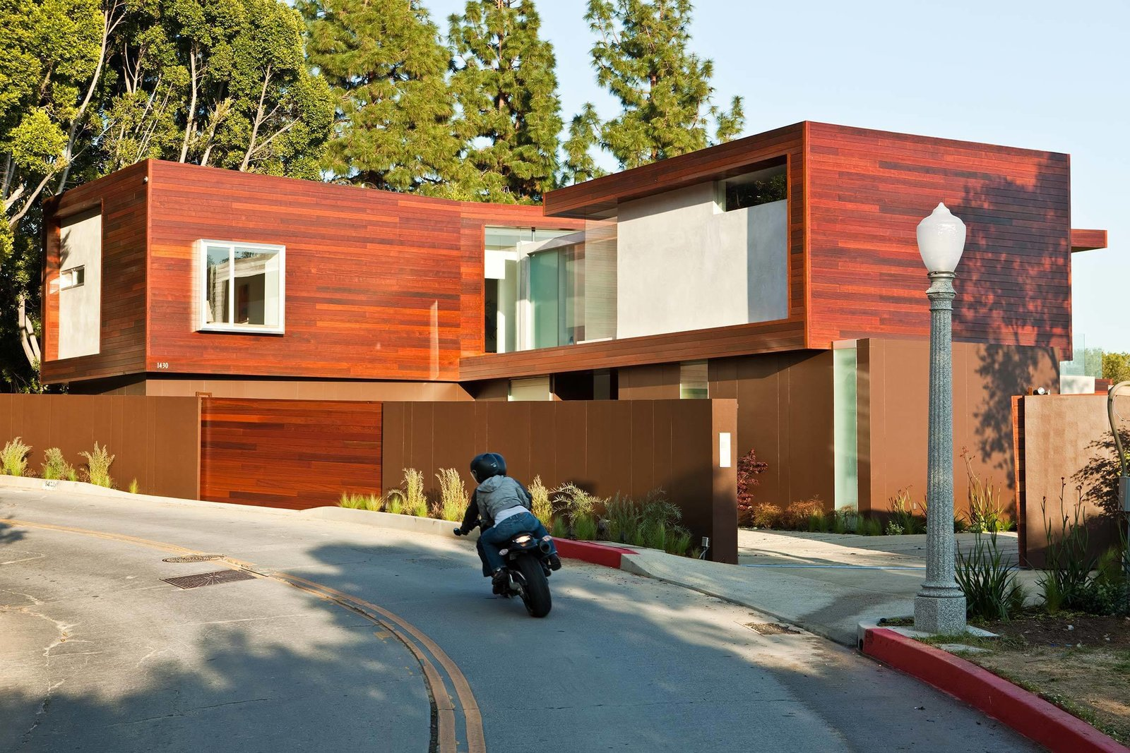 Sunset Plaza Residence by Assembledge+