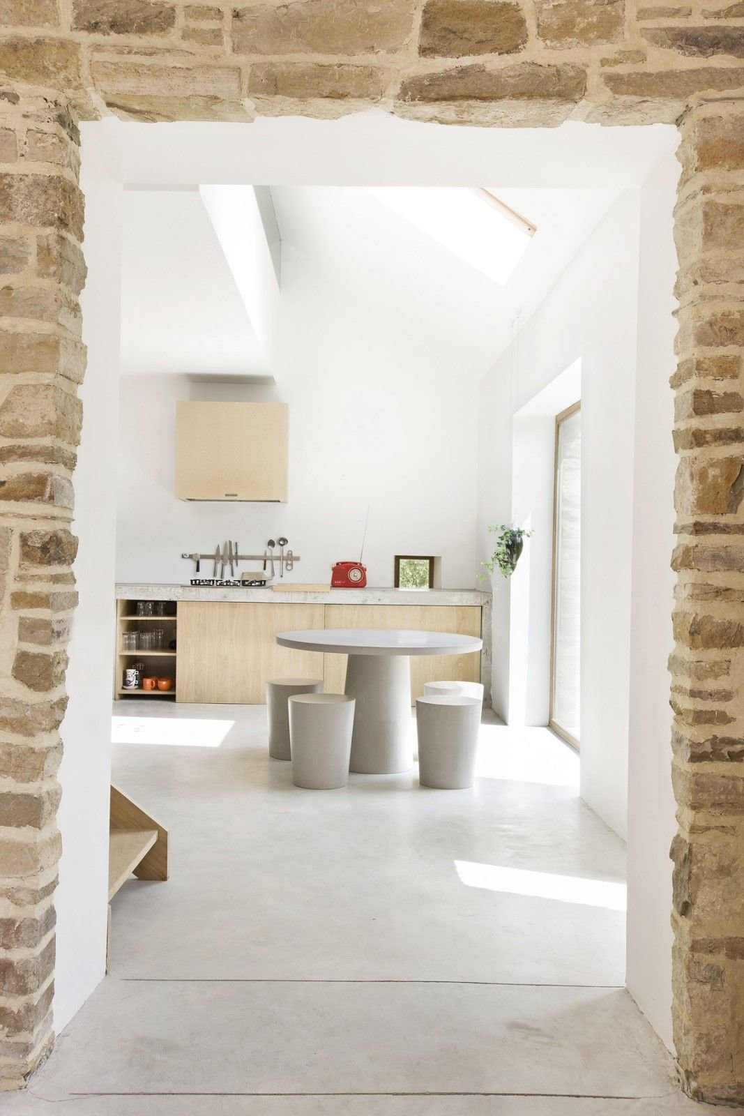 Transformation of an old barn into dwelling with external terrace. Martiat+Durnez Architectes   Modern Rustic by Gessato