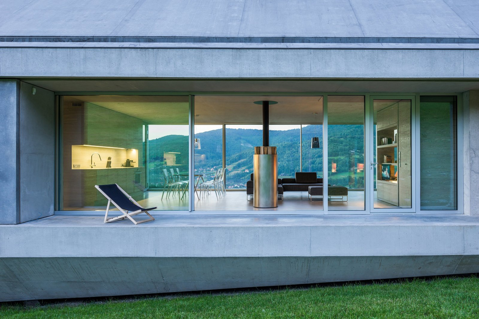 Photo 7 of 8 in A Striking Modern House Built In A Pastoral Landscape
