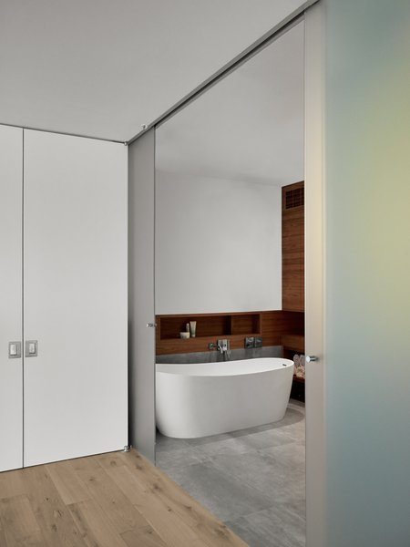 Modern home with bath room. Photo 18 of SOMA:Penthouse
