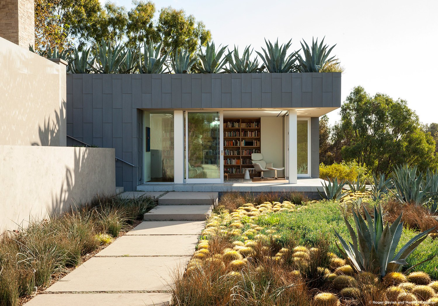 #SummitridgeResidence #modern #midcentury #levels #exterior #outside #outdoor #landscape #green #pathway #geometry #rectilinear #structure #interior #bookshelves #BeverlyHills #MarmolRadziner