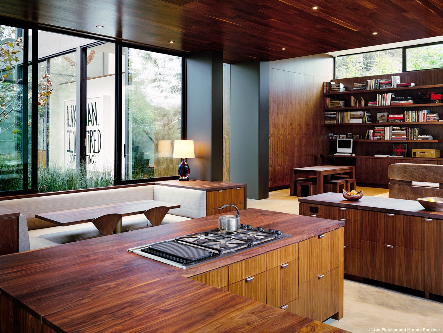#ViennaWayResidence #modern #midcentury #inside #interior #windows #lighting #dining #wood #table #seating #booth #storage #kitchen #bookshelves #exterior #landscape #Venice #California #MarmolRadziner