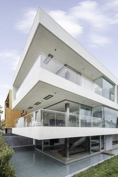 #danbrunn #flipflop #beachfront #residence #venice #california #glass #pool #windows #exterior  Photo 10 of Flip Flop Residence modern home