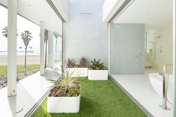 #danbrunn #flipflop #beachfront #residence #venice #california #glass #bathroom #indoor #outdoor #interior #exterior Photo 14 of Flip Flop Residence modern home