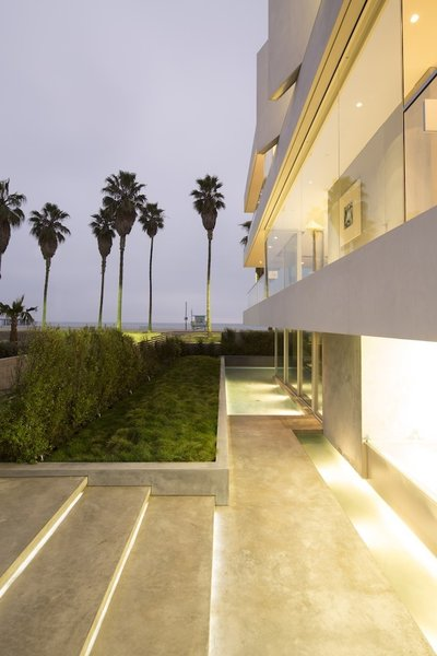 #danbrunn #flipflop #beachfront #residence #venice #california #glass #windows #exterior  Photo 15 of Flip Flop Residence modern home
