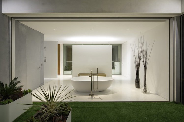 #danbrunn #flipflop #beachfront #residence #venice #california #glass #bathroom #bathtub #windows #interior