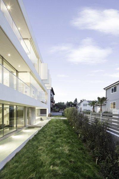 #danbrunn #flipflop #beachfront #residence #venice #california #glass #windows #exterior  Photo 2 of Flip Flop Residence modern home
