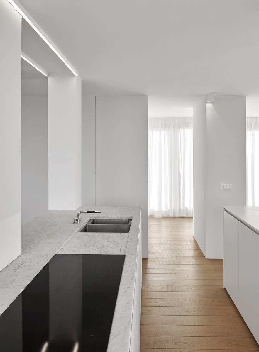 Photo 3 of 11 in 10 Minimalist and Monochromatic Homes in Belgium from De Panne by minus
