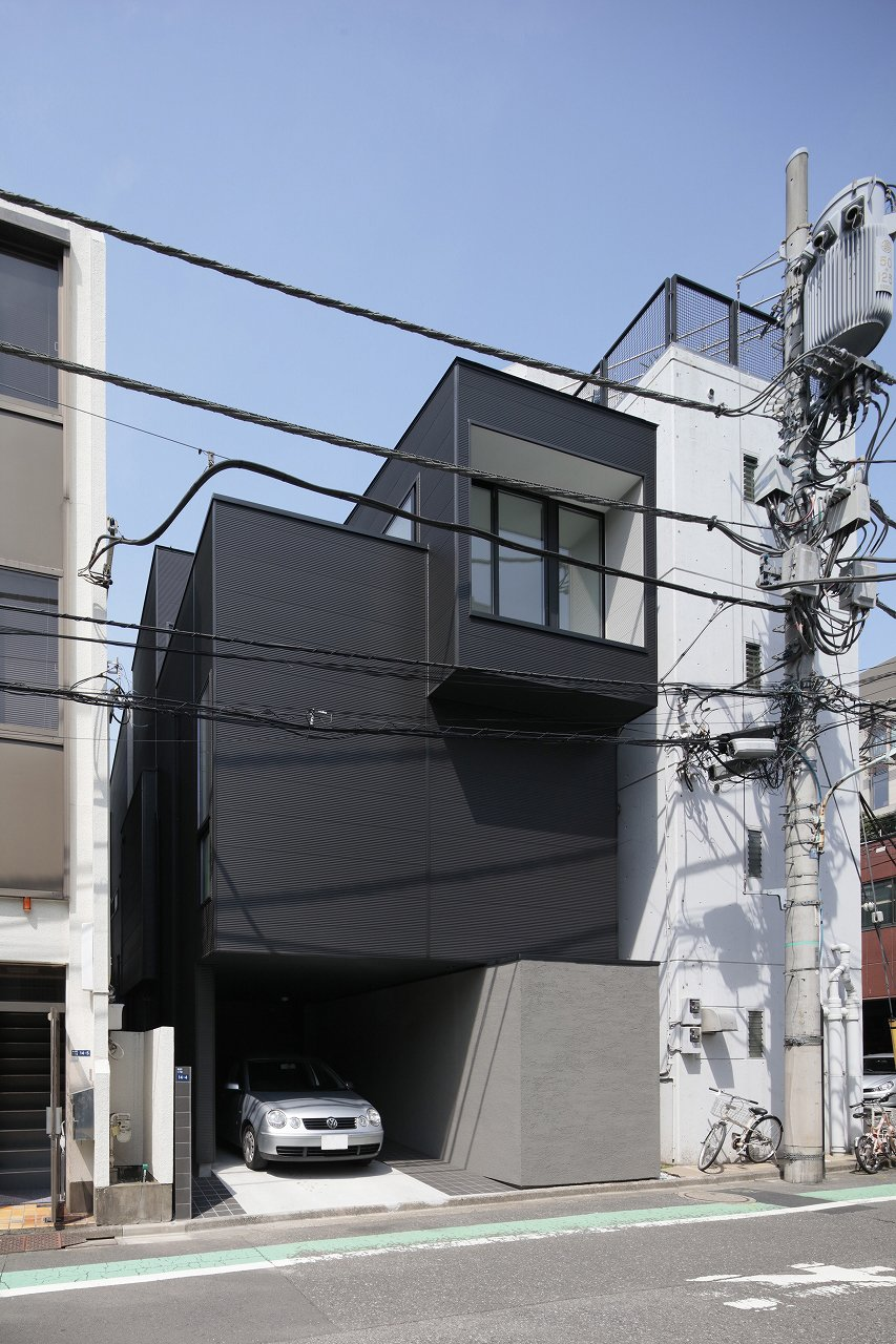 The house in higashiazabu is a minimal dwelling in tokyo japan designed by panda the home which is located on a commercial street with mixed use housing