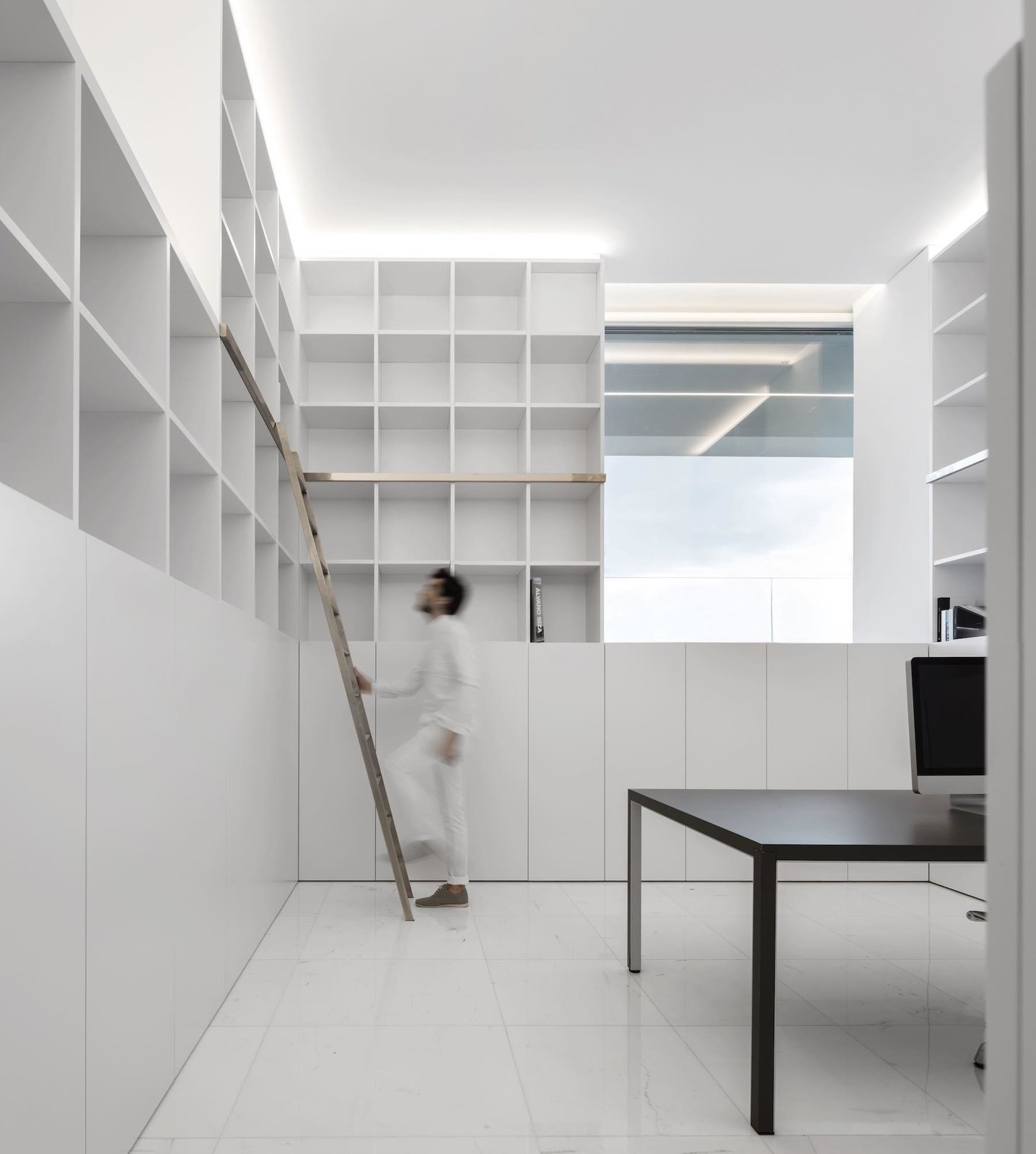 Custom shelving  House Between the Pine Forest by Leibal