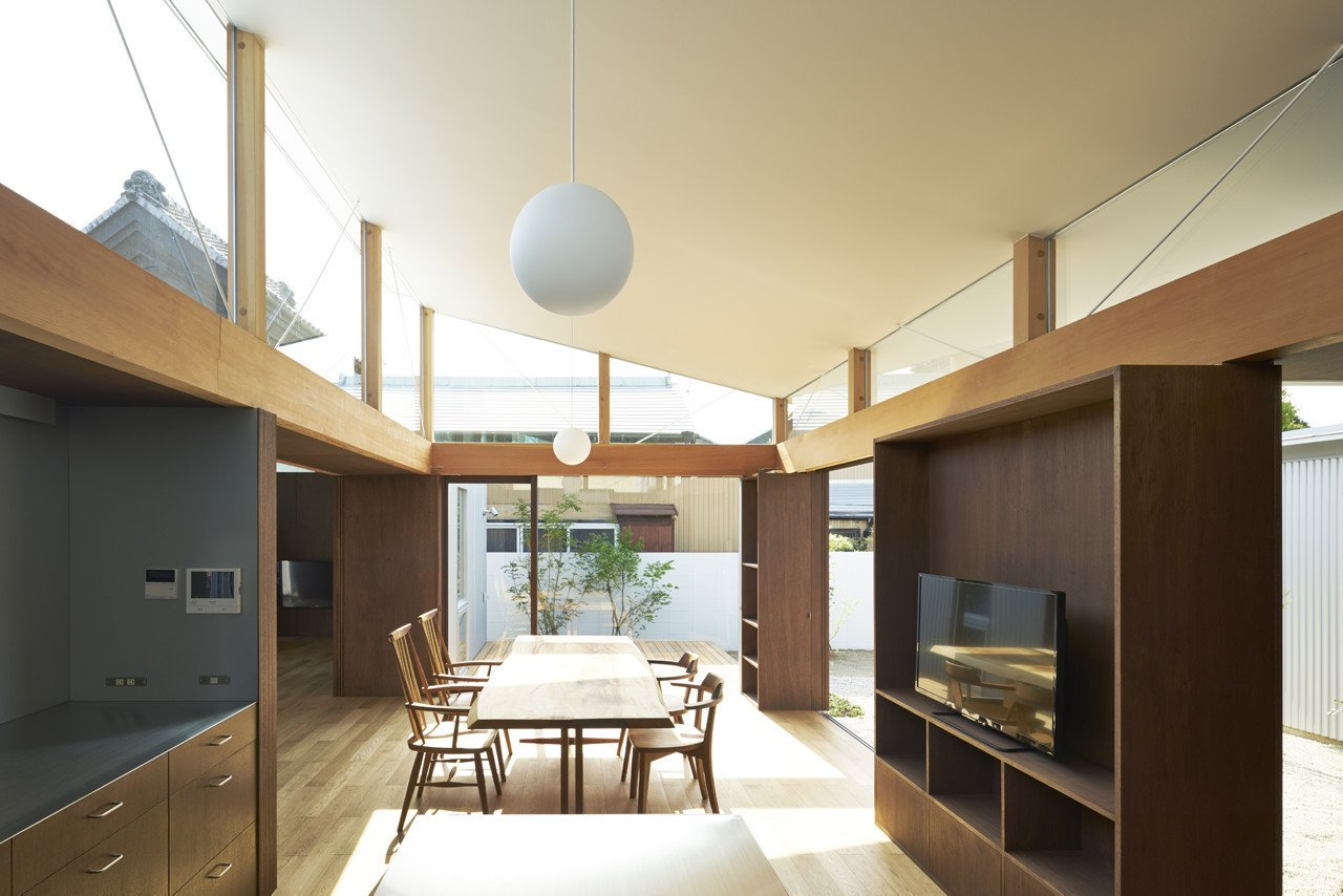 Dining room  House with Gardens and Roofs by Arii Irie Architects by Leibal