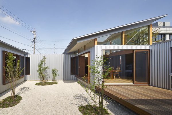 Courtyard Photo  of House with Gardens and Roofs by Arii Irie Architects modern home